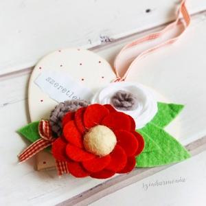 Szeretlek - Akasztható szív filc virágokkal II. (esküvő fotózás gyerekszoba valentin nap szerelmeseknek örök filcvirág ), Otthon & lakás, Lakberendezés, Ajtódísz, kopogtató, Dekoráció, Ünnepi dekoráció, Szerelmeseknek, Anyák napja, Festett tárgyak, Nemezelés, Visszafogott stílus, természetes harmónia, fába zárt szeretet...\n\nEgy kis kedvesség annak, akit igaz..., Meska