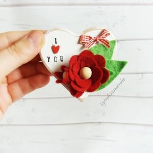 I love You - Hűtőmágnes szív filc virágokkal I. (esküvő fotózás gyerekszoba valentin nap szerelmeseknek örök filcvirág), Otthon & lakás, Dekoráció, Ünnepi dekoráció, Szerelmeseknek, Anyák napja, Konyhafelszerelés, Hűtőmágnes, Festett tárgyak, Nemezelés, Visszafogott stílus, természetes harmónia, fába zárt szeretet...\n\nEgy kis kedvesség annak, akit igaz..., Meska