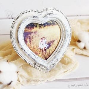 Képkeret Szív - Vintage Fehér 8,5x9 cm (fényképtartó, képtartó, nászajándék, esküvő, asztalszám, fotózás, kép), Képkeret, Dekoráció, Otthon & Lakás, Festett tárgyak, Fotó, grafika, rajz, illusztráció, Visszafogott stílus, természetes harmónia, fába zárt szeretet...\n\n>>> Ezekkel a festett képkeretekke..., Meska