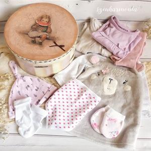 Babaköszöntő ajándékcsomag - Kislány - LIMITÁLT (újszülött lánynak babaváró csomag), Játék & Gyerek, Babalátogató ajándékcsomag, Festett tárgyak, Decoupage, transzfer és szalvétatechnika, A járványhelyzet miatt egy időre le kell mondanunk a baba látogatásokról, de szerencsére ma már a tá..., Meska