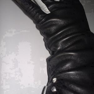 díszköves, Táska, Divat & Szépség, Sál, sapka, kesztyű, Ruha, divat, Kesztyű, A legpuhább angol juhnappa bőrből készült női kesztyű. Fekete színű, az ujjai és a szegése fehér. Sl..., Meska