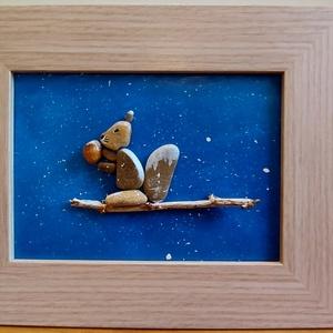 Mókuska, Otthon & Lakás, Dekoráció, Kavics & Kő, Mozaik, Festészet, Szép téli kép, egy mókussal, amint a hóesésben egy mogyorót majszol. Kavicsok felragasztásával készü..., Meska