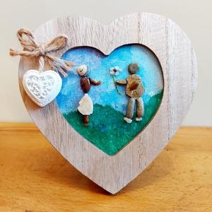 Szerelmes pár kavicskép, Otthon & Lakás, Dekoráció, Kavics & Kő, Mozaik, Festészet, Egyedi romantikus kavicskép, melyen egy szerelmes pár látható. A fiú épp virágot ad a kedvesének.\nKü..., Meska