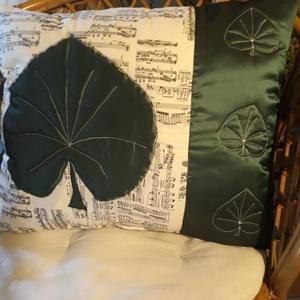 Leveles-hangjegyes párna, Otthon & lakás, Lakberendezés, Lakástextil, Párna, Patchwork, foltvarrás, Varrás, A díszpárna a természet hangulatát viszi az otthonunkba, A díszpárna patchwork és aplikációs technik..., Meska