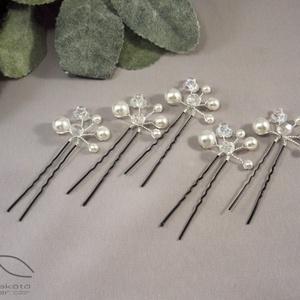 Esküvői hajdísz - gyöngyös bogyós, Esküvő, Hajdísz, Hajtű, Ékszerkészítés, Hófehér üveggyöngy és csiszolt gyöngy felhasználásával készületek ezek a kis hajtűk. amelyek remek d..., Meska