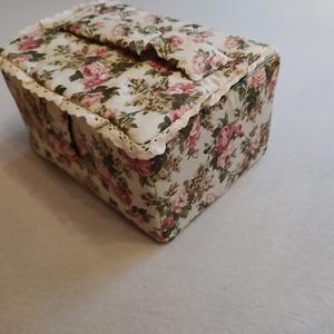 Varrós doboz/tároló, Otthon & Lakás, Tárolás & Rendszerezés, Doboz, Patchwork, foltvarrás, Különleges gondossággal és nagy szeretettel keszitettem ezt a varrós dobozt. Kartonnal merevített, v..., Meska