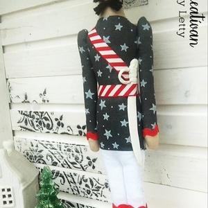 Katona ( szürke-piros egyenruhában), Otthon & lakás, Dekoráció, Ünnepi dekoráció, Karácsonyi, adventi apróságok, Karácsonyi dekoráció, Gyurma, Varrás, Amikor megvettem ezt az anyagot már tudtam, hogy katona ruha lesz belőle. A szürke fehér csillagos k..., Meska