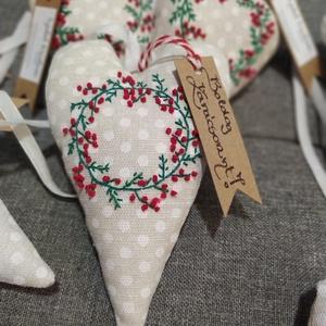 Hímzett karácsonyi szivek, Karácsony & Mikulás, Karácsonyi dekoráció, Varrás, Hímzés, Pöttyös vászonra kézzel hímzett mintákkal, bársony szalaggal készítettem ezeket a karácsonyi sziveke..., Meska