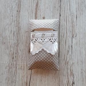 Papírzsebkendő tartó,szürke pöttyös vászonból madérával díszitve, NoWaste, Textilek, Textil tároló, Varrás, Papírzsebkendő tartót készítettem,pöttyös pamutvászon anyagból.\nMadérával díszítettem,amelybe szürke..., Meska