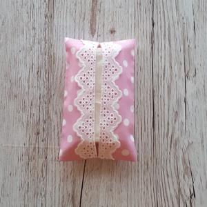 Papírzsebkendő tartó,rózsaszín pöttyös vászonból madérával díszitve, Otthon & Lakás, Tárolás & Rendszerezés, Zsebkendőtartó, Varrás, Papírzsebkendő tartót készítettem,pöttyös pamutvászon anyagból.\nMadérával díszítettem.Kb.10 db zsebk..., Meska