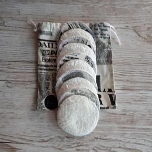 NoWaste sminklemosó korong,10 db-os, ajándék zsákkal, ekrü alapon újság mintás pamutvászonból, NoWaste, Textilek, Pamut arctisztító, Textil tároló, Varrás, Mosható sminklemosó korongokat készítettem, amely kiválthatja az egyszer használatos vattakorongot. ..., Meska