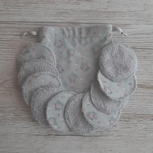 NoWaste sminklemosó korong,10 db-os, ajándék zsákkal, szürke alapon virágmintás pamutvászonból, szürke frottirból, NoWaste, Textilek, Pamut arctisztító, Textil tároló, Varrás, Mosható sminklemosó korongokat készítettem, amely kiválthatja az egyszer használatos vattakorongot. ..., Meska