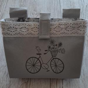 Biciklikormányra akasztható táska,szürke vászonból, virágos vászonnal bélelve, Táska, Divat & Szépség, Táska, Pénztárca, tok, tárca, Erszény, Decoupage, transzfer és szalvétatechnika, Varrás, Szürke vászonból készítettem a biciklis táskát, amelyet a kormányra lehet rögzíteni tépőzárral.\nFehé..., Meska