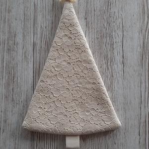 Natur csipkés karácsonyfa,ajtódísz,ablakdísz,Shabby chic stílusban, Otthon & Lakás, Karácsony & Mikulás, Karácsonyi dekoráció, Decoupage, transzfer és szalvétatechnika, Varrás, Natur színű  csipkéből  készítettem a fenyőfát, shabby chic  stílusban, selyemszalaggal és gyönggyel..., Meska