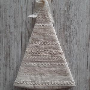 Natur karácsonyfa,ajtódísz,ablakdísz,Shabby chic stílusban, Otthon & Lakás, Karácsony & Mikulás, Karácsonyi dekoráció, Decoupage, transzfer és szalvétatechnika, Varrás, Natur színű  vászonból készítettem a fenyőfát, shabby chic  stílusban, selyemszalaggal csipkével,suj..., Meska