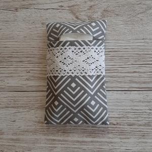 Papírzsebkendő tartó,szürke-fehér mintás pamutvászonból, Táska & Tok, Pénztárca & Más tok, Zsebkendőtartó, Varrás, Papírzsebkendő tartót készítettem pamutvászon anyagból,horgolt csipkével  díszítettem.Kb.10 db zsebk..., Meska