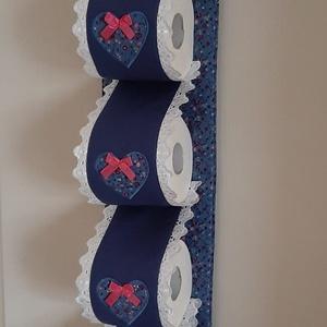 Wc-papír tároló,acélkék és apró virágos  vászonból, romantikus  stílusban, Otthon & Lakás, Fürdőszoba, Fürdőszobai tároló, Varrás, Wc-papír tartót készítettem,4 db wc-papír tárolására. Falra akasztható, ezáltal helytakarékos és egy..., Meska