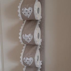 Wc-papír tároló,bézs vászonból,fehér pöttyös szivekkel, vintage  stílusban, Otthon & Lakás, Fürdőszoba, Fürdőszobai tároló, Varrás, Wc-papír tartót készítettem,4 db wc-papír tárolására. Falra akasztható, ezáltal helytakarékos és egy..., Meska