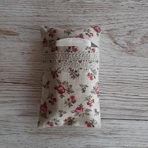Papírzsebkendő tartó,drapp alapon angol rózsás vászonból horgolt csipkével díszitve, Táska & Tok, Pénztárca & Más tok, Zsebkendőtartó, Varrás, Papírzsebkendő tartót készítettem drapp raszteres alapon angol rózsás pamutvászon anyagból.Színben h..., Meska