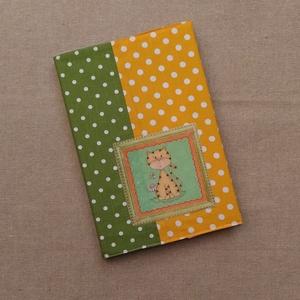 Sárga-zöld, Otthon & Lakás, Papír írószer, Jegyzetfüzet & Napló, Varrás, \nA/5, 96 lapos kemény fedeles füzetet pöttyösbe csomagoltam. Az elejét cica mintás filc rátét díszít..., Meska