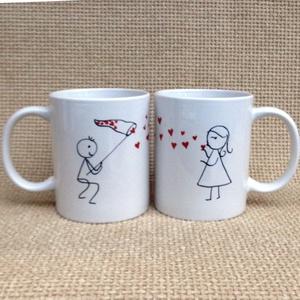 Páratlan páros - csókgyűjtő, Otthon & lakás, Konyhafelszerelés, Bögre, csésze, Dekoráció, Ünnepi dekoráció, Szerelmeseknek, Festett tárgyak, Kerámia, Egymást kiegészítő minta, ahol a két fél adja ki az egész képet. Mint ahogy egy jó párkapcsolatban i..., Meska