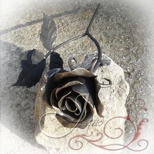 Rózsa, Otthon & Lakás, Dekoráció, Csokor & Virágdísz, Fémmegmunkálás, Kovácsolt rózsa fekete színben, arany antikolással. Az élő virág alapos tanulmányozását követően alk..., Meska