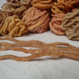 """130 dkg gyapjú fonal, kézimunka boltom felszámolásából visszamaradt termék., Fonal, cérna, Gyapjúfonal, Kötés, horgolás, 130 dkg gyapjú \"""" szálak\"""". A szálak 150 - 300 cm hosszú és kb 1 cm átmérőjű, drapp/ narancs árnyalatú..., Meska"""