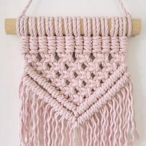 Halvány rózsaszín mini makramé falidísz (szkriszi) - Meska.hu