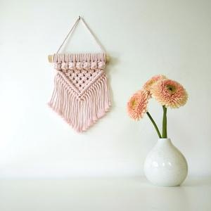Mini bogyós makramé falidísz - Halvány rózsaszín, Otthon & Lakás, Falra akasztható dekor, Dekoráció, 100%-ban újrahasznosított halvány rózsaszín (baby pink) színű pamut fonalból és fa rúd felhasználásá..., Meska