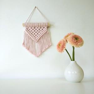 Mini makramé falidísz - halvány rózsaszín, Otthon & Lakás, Falra akasztható dekor, Dekoráció, 100%-ban újrahasznosított halvány rózsaszín (baby pink) pamut fonalból és fa rúd felhasználásával ké..., Meska