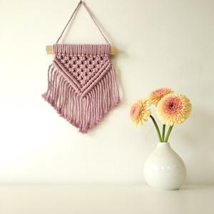Mini makramé falidísz - rózsaszín, Otthon & Lakás, Falra akasztható dekor, Dekoráció, 100%-ban újrahasznosított rózsaszín (dusty pink) pamut fonalból és fa rúd felhasználásával készült e..., Meska