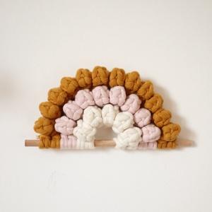 Bogyós szivárvány makramé falidísz - Mustár, rózsaszín, natúr, Otthon & lakás, Dekoráció, Lakberendezés, Gyerek & játék, Csomózás, Újrahasznosított alapanyagból készült termékek, 100%-ban újrahasznosított mustár, halvány rózsaszín (baby pink) és natúr pamut fonalból és fa rúd fe..., Meska