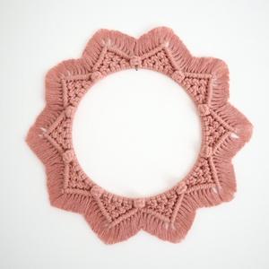 makramé koszorú, mandala, falidísz, Otthon & Lakás, Mandala, Dekoráció, 100%-ban újrahasznosított blush (rózsaszín) színű pamut fonalból és fém karika felhasználásával kész..., Meska