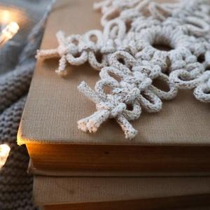 Makramé karácsonyi dísz csomag, hópehely, csillag, Karácsony & Mikulás, Karácsonyi dekoráció, 100%-ban újrahasznosított aranyszállal átszőtt natúr színű pamut fonalból és fa karika felhasználásá..., Meska