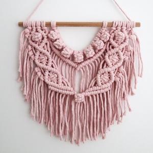 Világos rózsaszín boho makramé falidísz, Otthon & Lakás, Dekoráció, Falra akasztható dekor, 100%-ban újrahasznosított világos rózsaszín (baby pink) pamut fonalból és fa rúd felhasználásával ké..., Meska