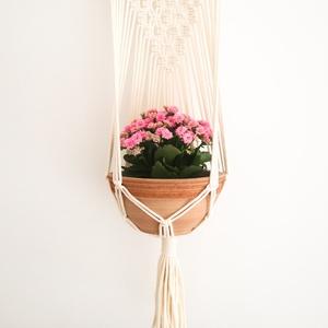 Lia fali makramé virágtartó - natúr, Otthon & Lakás, Dekoráció, Virágtartó, 100% újrahasznosított pamut zsinórfonalból és fa rúd felhasználásával készült fali makramé virágtart..., Meska