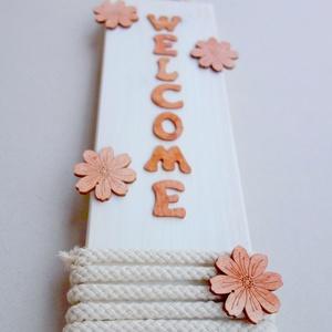 Welcome üdvözlő tábla ajtóra virágokkal, Dekoráció, Otthon, lakberendezés, Dísz, Ajtódísz, kopogtató, Festészet, Festett tárgyak, Natúr színekben pompázó kellemes hangulatot nyújtó, csodaszép üdvözlő tábla ajtóra.   Méret: 30x9.2..., Meska