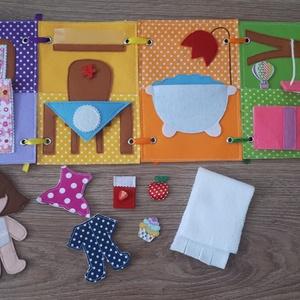 Filc öltöztethető baba házikójával, kiegészítőkkel, Gyerek & játék, Játék, Játékfigura, Készségfejlesztő játék, Baba, babaház, Baba-és bábkészítés, Varrás, Filc anyagból készült, tépőzárral ellátott, öltöztethető 10.5cm magas baba leporellószerűen összehaj..., Meska