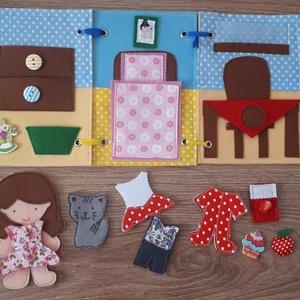 Filc öltöztethető baba házikójával, kiegészítőkkel, Gyerek & játék, Játék, Baba, babaház, Játékfigura, Készségfejlesztő játék, Baba-és bábkészítés, Varrás, Filc anyagból készült, tépőzárral ellátott, öltöztethető 10.5cm magas baba leporellószerűen összehaj..., Meska