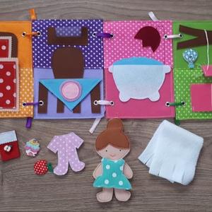 Filc öltöztethető baba házikójával, kiegészítőkkel - azonnal vihető, Gyerek & játék, Játék, Játékfigura, Készségfejlesztő játék, Baba, babaház, Baba-és bábkészítés, Varrás, Filc anyagból készült, tépőzárral ellátott, öltöztethető 10.5cm magas baba leporellószerűen összehaj..., Meska