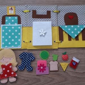 Filc öltöztethető baba házikójával, kiegészítőkkel - RENDELHETŐ, Öltöztethető baba, Baba & babaház, Játék & Gyerek, Baba-és bábkészítés, Varrás, Filc anyagból készült, tépőzárral ellátott, öltöztethető 10.5cm magas baba leporellószerűen összehaj..., Meska