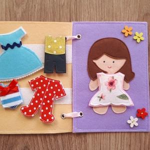 Filc öltöztethető baba kiskönyv 5 szett ruhával - RENDELHETŐ, Játék & Gyerek, Baba & babaház, Öltöztethető baba, Varrás, Filc anyagból készült, tépőzárral ellátott, öltöztethető baba 5 szett ruhával: 1 szoknya-ruhácska, 1..., Meska