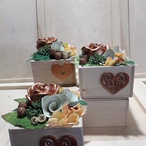 Bronz rózsa asztaldísz, Otthon & Lakás, Dekoráció, Asztaldísz, Virágkötés, Festett tárgyak, Fa dobozkába készült pici asztaldísz, amelynek hangsúlya a gipsz alapú bronz festékkel díszitett 3D-..., Meska