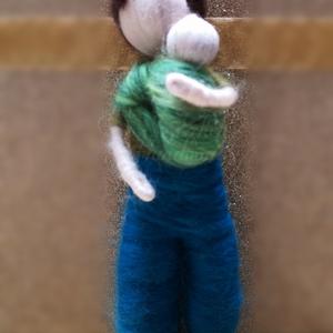 Nemezelt hordozós baba, mozgatható végtagokkal, fiú, Gyerek & játék, Játék, Játékfigura, Baba, babaház, Baba-és bábkészítés, Nemezelés, Tűnemezeléssel készült egyedi hordozós baba. Zöld pólóban, kék nadrágban, kócos, barna hajjal. A hor..., Meska