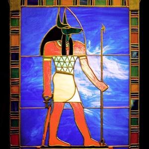 Anubisz lélekvezető kivilágítható tiffan yfalikép, Otthon & Lakás, Dekoráció, Kép & Falikép, Mindenmás, Üvegművészet, Művészettörténeti szempontból pontos egyiptomi ábrázolás alapján, aprólékos kidolgozottsággal készül..., Meska