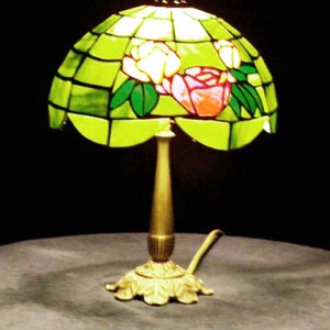 Trudi lámpája -tiffany, Otthon & Lakás, Lámpa, Mindenmás, Üvegművészet, Olajzöld színű félgömb alakú tiffany lámpa, egyszerű ízléses motívummal; három rózsával díszítve. Ez..., Meska