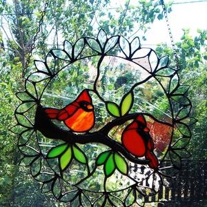 Kardinális pintyek tiffany ablakdísz, Otthon & Lakás, Dekoráció, Ablakdísz, Mindenmás, Üvegművészet, \nÉlethű, magával ragadó bájos madarak, bóbitával, élénkpiros színben. A főleg Kanadában honos tűzvör..., Meska