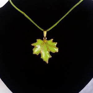 Zöld juhar levél medál, tiffany üvegből, Ékszer, Nyaklánc, Medál, Üvegművészet, Festészet, Meska