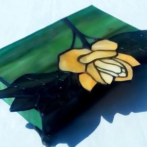 Art Nuovo sárga rózsás tiffany ékszerdoboz, Ékszer, Ékszertartó, Ékszerdoboz, Üvegművészet, Mindenmás, Egyedi megrendelés alapján készített szépséges sárga rózsás ékszerdoboz. Gondosan összeválogattam ho..., Meska