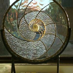 Fibonacci asztaldísze, Otthon & Lakás, Dekoráció, Asztaldísz, Fémmegmunkálás, Üvegművészet, Egy áttört kagylóházal együtt komponált vízes hulámzás, a csigaház ívét követő spitális vonalak kava..., Meska